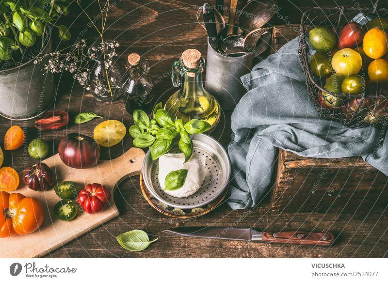 Tomaten Vielfalt auf rustikalem Küchentisch Lebensmittel Gemüse Salat Salatbeilage Ernährung Bioprodukte Vegetarische Ernährung Diät Geschirr Stil Design
