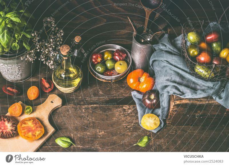 Rustikales Stillleben mit bunten Tomaten Lebensmittel Gemüse Ernährung Bioprodukte Vegetarische Ernährung Diät Geschirr Teller Becher Flasche kaufen Design