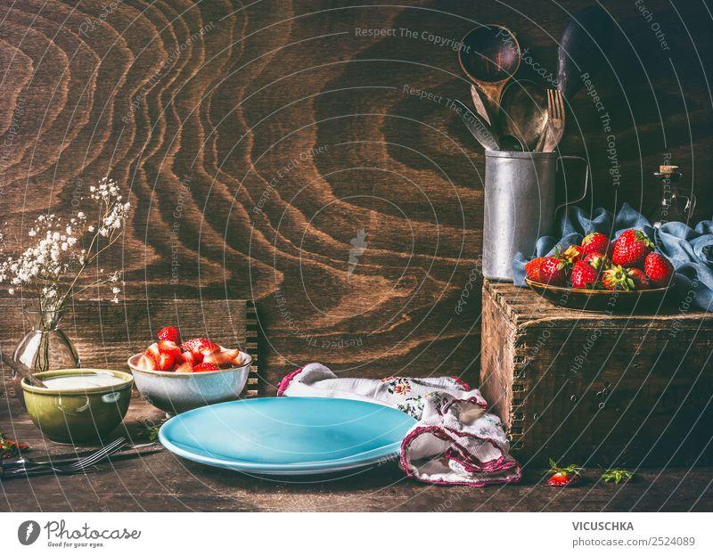 Stillleben mit Erdbeeren auf dem Küchentisch Lebensmittel Frucht Ernährung Frühstück Bioprodukte Vegetarische Ernährung Geschirr Teller Design Gesunde Ernährung