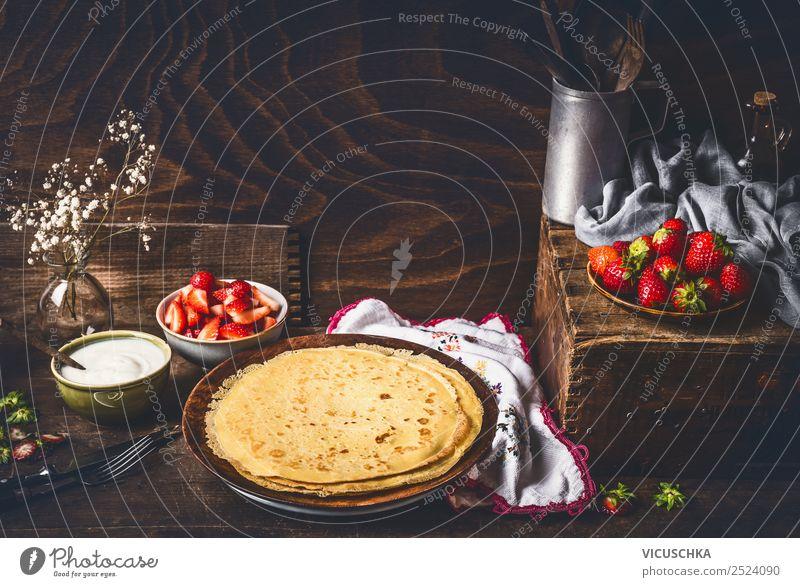 Pfannkuchen auf rustikalem Küchetisch mit Erdbeeren Lebensmittel Frucht Dessert Frühstück Bioprodukte Vegetarische Ernährung Diät Geschirr Teller
