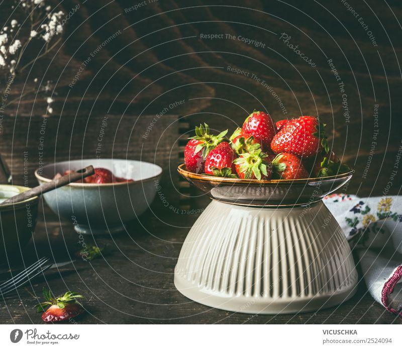 Schüssel mit Erdbeeren auf rustikalem Küchentisch Lebensmittel Frucht Dessert Ernährung Frühstück Bioprodukte Geschirr Schalen & Schüsseln Stil Design