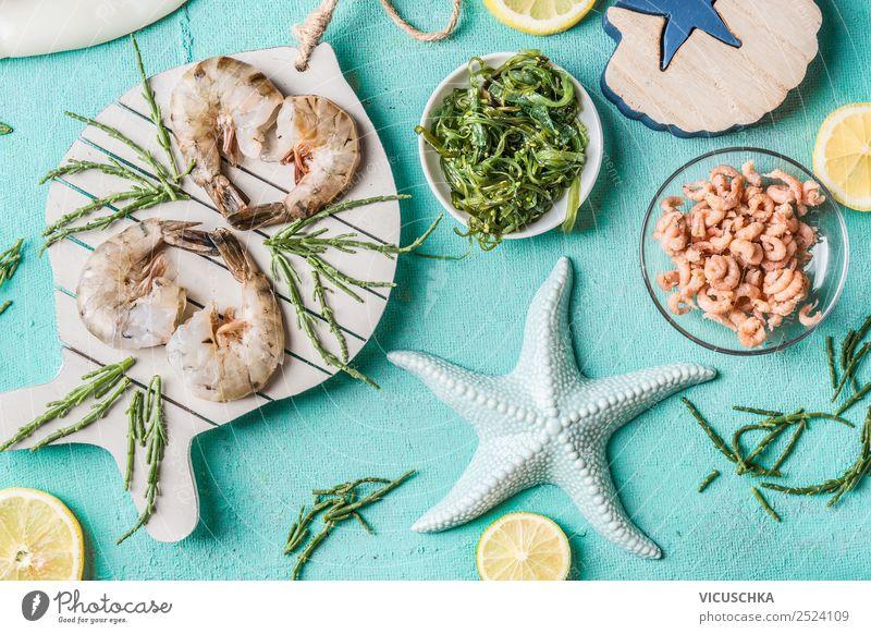 Garnelen und Nordseekrabben auf hellblauem Hintergrund Lebensmittel Meeresfrüchte Ernährung Vegetarische Ernährung Diät Geschirr Stil Design Gesunde Ernährung