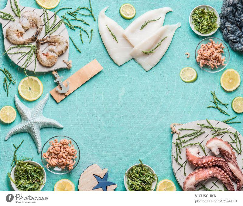Verschiedene Meeresfrüchte auf blauem Hintergrund Lebensmittel Fisch Ernährung Mittagessen Vegetarische Ernährung Diät Geschirr kaufen Stil Design Restaurant