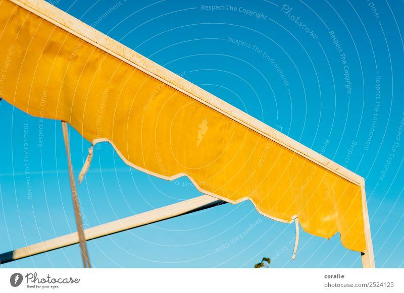 Gelbe Markise im Sommer Himmel blau Wärme gelb Glück oben Sommerurlaub Spanien Wolkenloser Himmel Terrasse Mittelmeer sommerlich Hafenstadt maritim himmelblau
