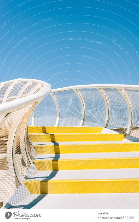 Las Setas in Sevilla - Gelb-weiße Treppe mit blauem Himmel Ferien & Urlaub & Reisen Sommer gelb Tourismus Freiheit oben Geländer Unendlichkeit Sommerurlaub