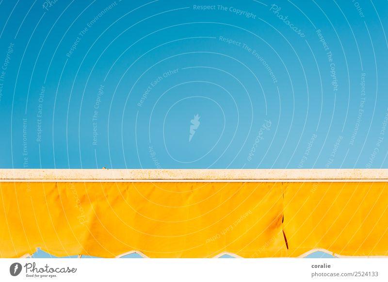 Gelbe Markise im Sommer Himmel blau Farbe Wärme gelb Glück Freiheit Schönes Wetter Italien Streifen Sommerurlaub Spanien Wolkenloser Himmel Sonnenbad Paradies