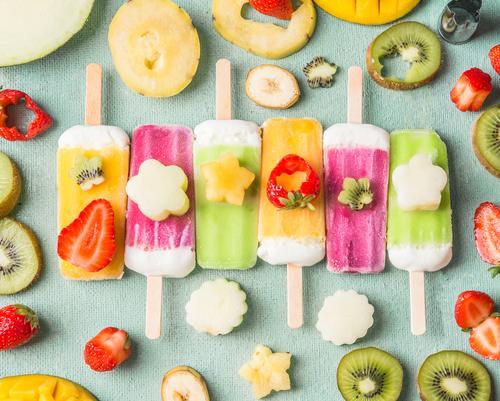 Eis am Stiel mit bunte Obst und Früchte Scheiben Sommer Foodfotografie Essen Lebensmittel Stil Design Frucht Ernährung Speiseeis Beeren