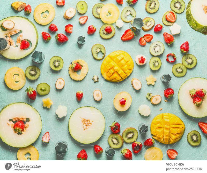 Obst und Beeren in Scheiben geschnitten auf blau Frucht Apfel Orange Ernährung Bioprodukte Stil Design Gesunde Ernährung gelb Hintergrundbild Mango Vitamin