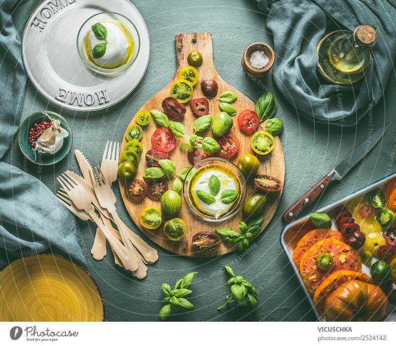 Bunte Tomaten mit Mozzarella Käse auf dem Küchentisch Lebensmittel Gemüse Salat Salatbeilage Kräuter & Gewürze Ernährung Mittagessen Abendessen Büffet Brunch