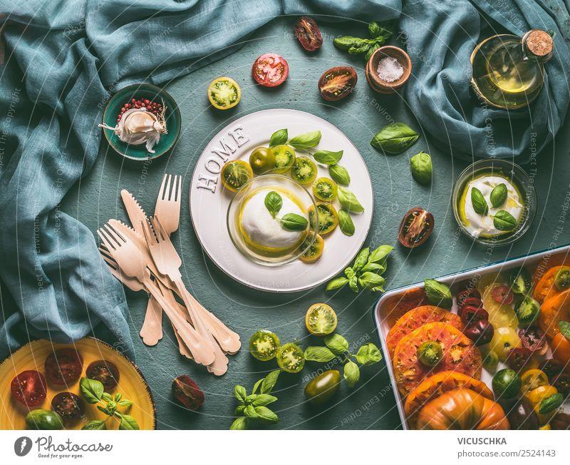 Mozzarella auf Teller mit bunte Tomaten und Besteck Lebensmittel Käse Gemüse Ernährung Mittagessen Abendessen Büffet Brunch Bioprodukte Vegetarische Ernährung