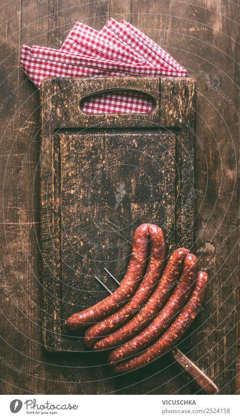 Hintergrund mit Bratwürste für Grill Lebensmittel Fleisch Wurstwaren Ernährung Geschirr Gabel kaufen Stil Design Bratwurst Schneidebrett Grillen Hintergrundbild
