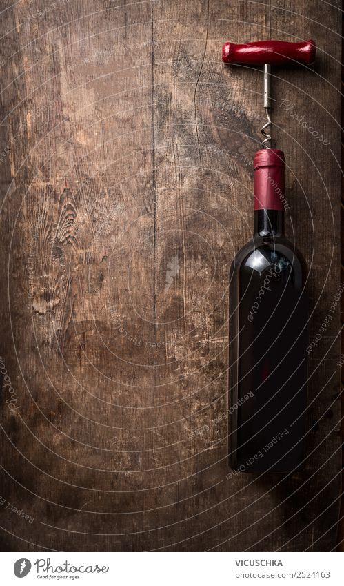 Rotweinflasche mit Korkenzieher auf Holz Hintergrund Getränk Alkohol Wein kaufen Stil Design Party Veranstaltung Restaurant Bar Cocktailbar Business