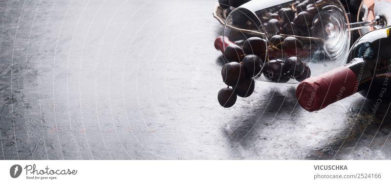 Rotwein Flasche mit Weinglas und Weintrauben Lebensmittel Festessen Getränk Alkohol Geschirr Glas Lifestyle Stil Design Party Veranstaltung Restaurant Business