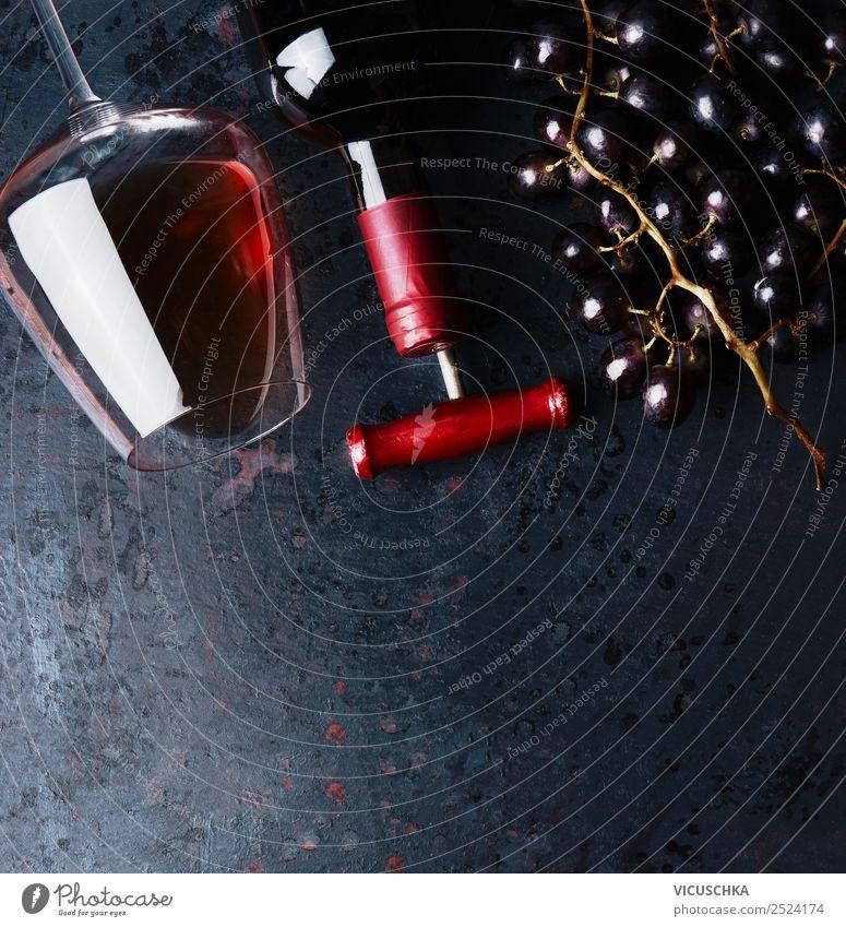 Glas mit Rotwein, Flasche mit Korkenzieher und Weintrauben Getränk Alkohol Stil Design Party Veranstaltung Restaurant Hintergrundbild Weinflasche Weinglas