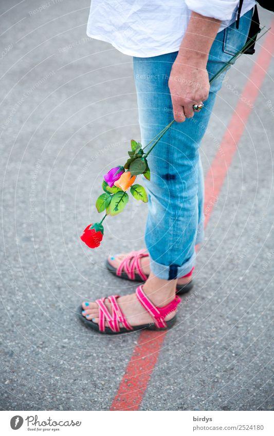kommt er/sie noch ? ausgehen feminin Homosexualität Junge Frau Jugendliche Erwachsene Leben 1 Mensch 30-45 Jahre 45-60 Jahre Fußgänger Straße Hemd Jeanshose