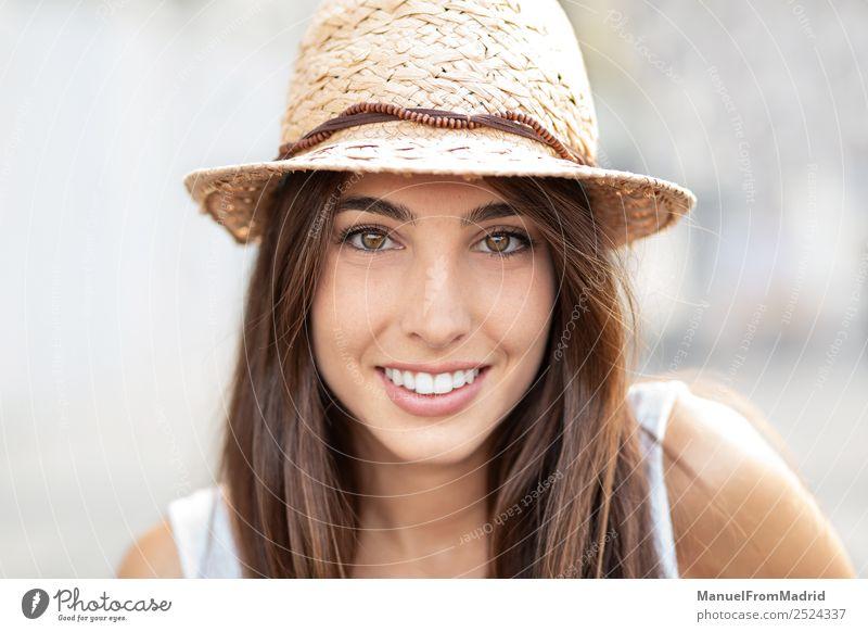Frau Mensch Sommer schön weiß Freude Gesicht Lifestyle Erwachsene Glück Mode elegant Lächeln ästhetisch stehen authentisch