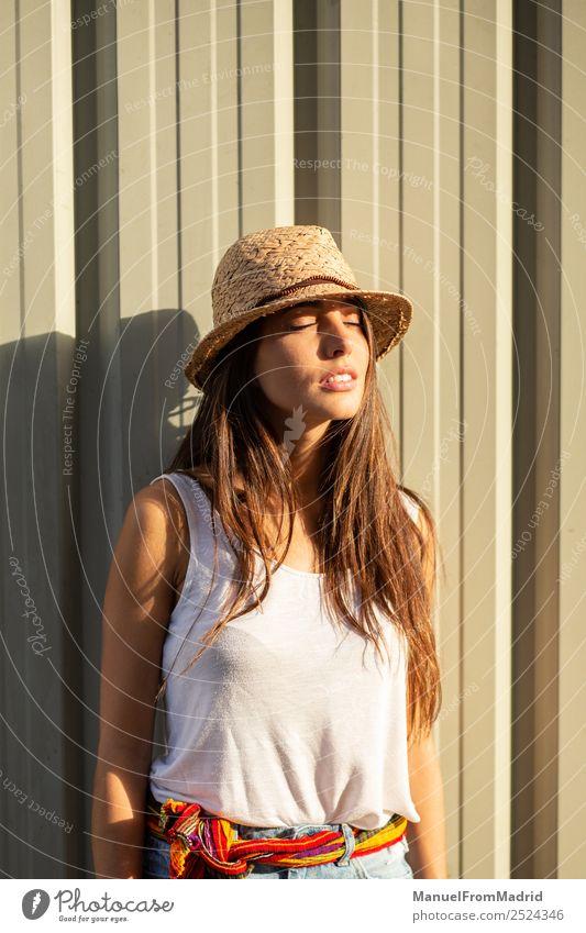 Frau Mensch Sommer schön Sonne weiß Erholung Freude Gesicht Lifestyle Erwachsene Glück Mode Zufriedenheit elegant stehen