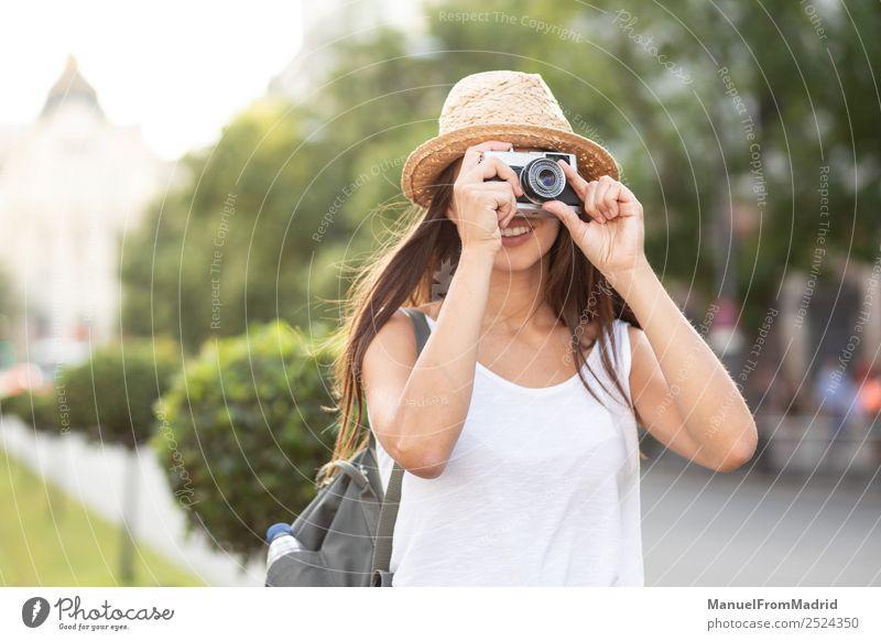 Frau Ferien & Urlaub & Reisen Sommer schön weiß Freude Straße Lifestyle Erwachsene natürlich Mode Textfreiraum Freizeit & Hobby retro Technik & Technologie