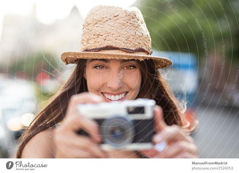 attraktive junge Frau beim Fotografieren im Freien Lifestyle Freude schön Freizeit & Hobby Ferien & Urlaub & Reisen Sommer Fotokamera Technik & Technologie