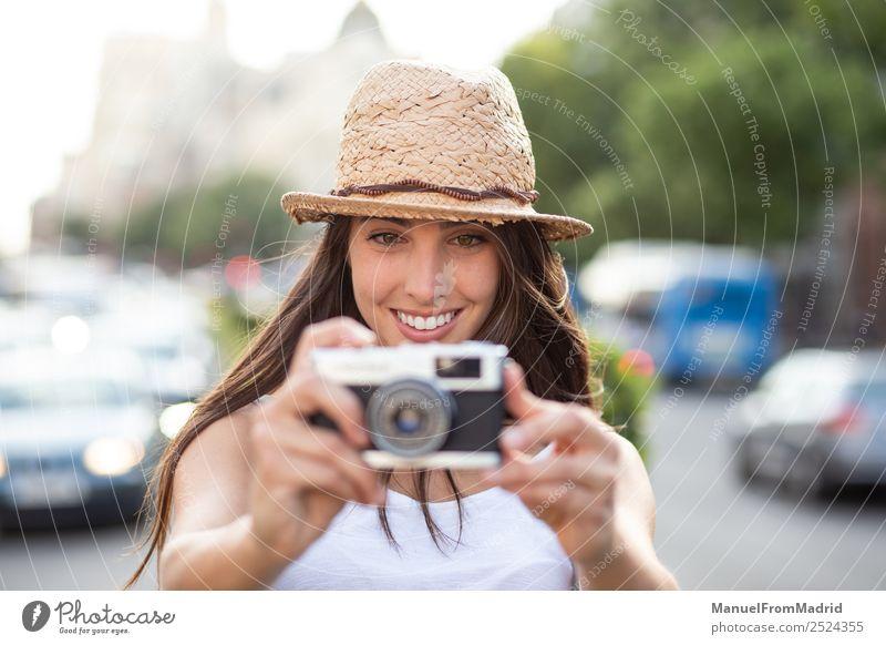 Frau Ferien & Urlaub & Reisen Sommer schön weiß Freude Straße Lifestyle Erwachsene natürlich Mode Freizeit & Hobby retro Technik & Technologie stehen Aktion
