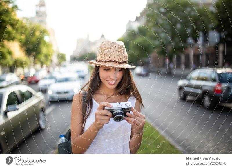 Frau Ferien & Urlaub & Reisen Sommer schön weiß Freude Straße Erwachsene natürlich Stil Mode Textfreiraum Freizeit & Hobby retro Technik & Technologie stehen