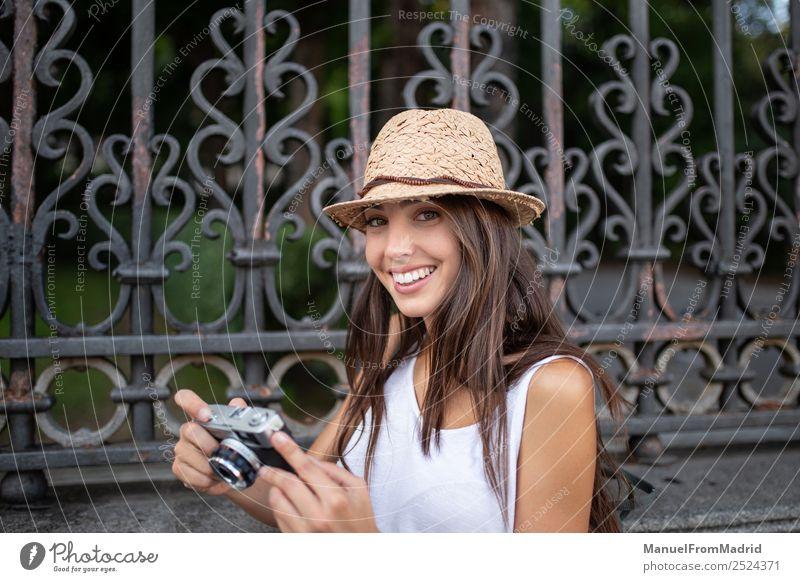 attraktive junge Frau beim Fotografieren im Freien Lifestyle Stil Freude schön Freizeit & Hobby Ferien & Urlaub & Reisen Sommer Fotokamera Technik & Technologie