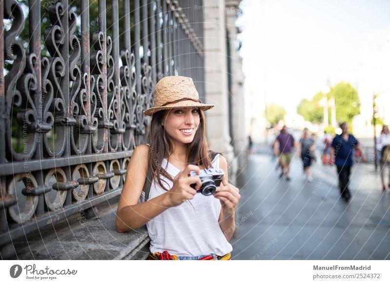 Frau Ferien & Urlaub & Reisen Sommer schön weiß Freude Straße Lifestyle Erwachsene natürlich Stil Mode Freizeit & Hobby retro Technik & Technologie stehen