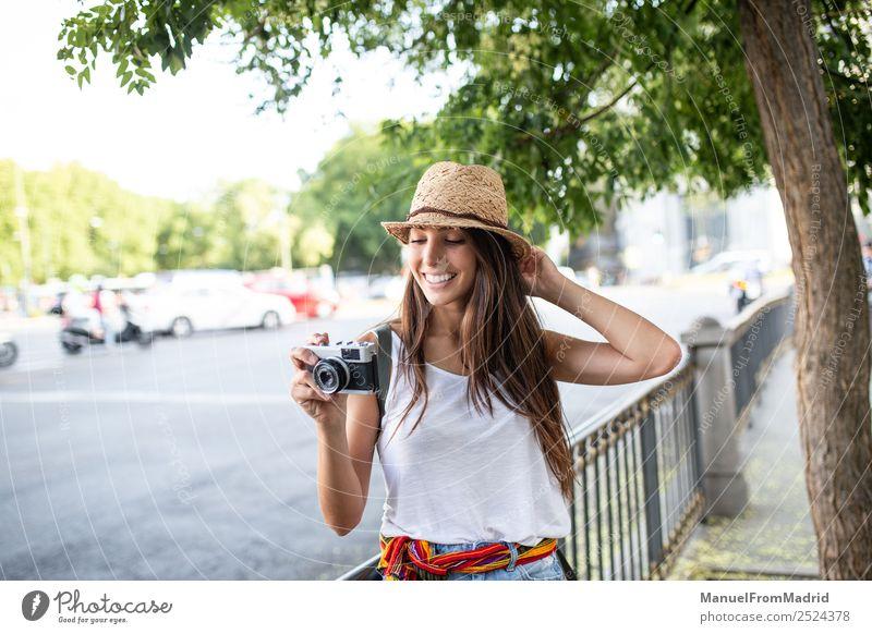 Frau Ferien & Urlaub & Reisen Sommer schön weiß Freude Straße Lifestyle Erwachsene natürlich Stil Mode Textfreiraum Freizeit & Hobby retro Technik & Technologie