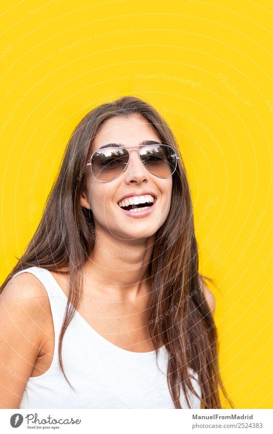 Frau Mensch Sommer schön Freude Erwachsene gelb Glück Stil Mode Textfreiraum modern Lächeln stehen niedlich Körperhaltung