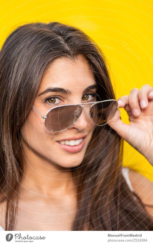 Frau Mensch Sommer schön Freude Erwachsene gelb Glück Stil Mode modern Lächeln stehen niedlich Körperhaltung Beautyfotografie