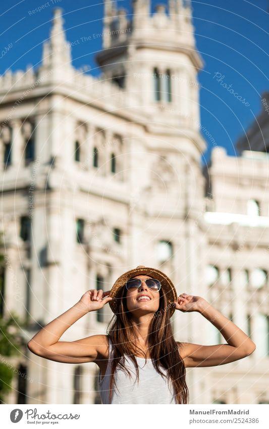 Frau Ferien & Urlaub & Reisen Sommer Stadt schön Lifestyle Erwachsene Leben Tourismus Textfreiraum Europa Lächeln stehen Spanien Stadtzentrum Sightseeing