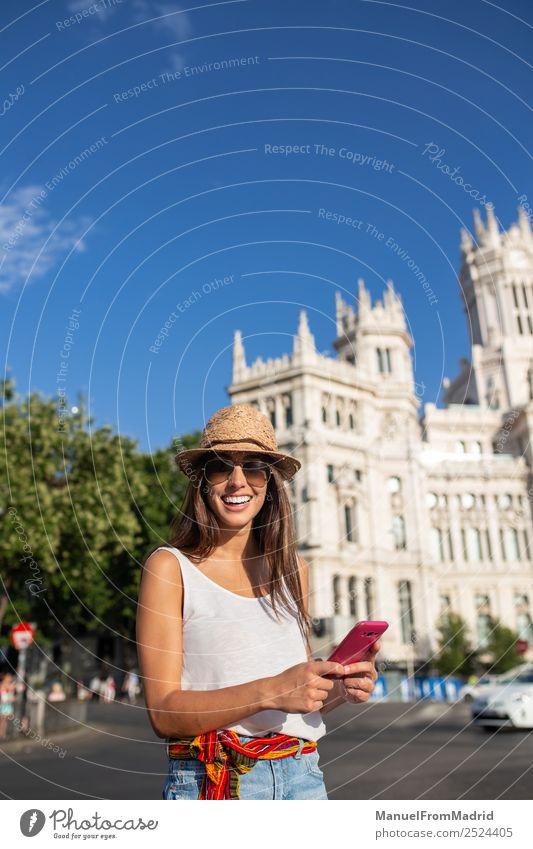 Frau Ferien & Urlaub & Reisen Sommer Stadt schön Freude Lifestyle Erwachsene Glück Tourismus Textfreiraum Technik & Technologie Europa Lächeln stehen Telefon