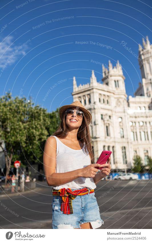 Frau Ferien & Urlaub & Reisen Sommer Stadt schön Freude Lifestyle Erwachsene Leben Glück Tourismus Textfreiraum Technik & Technologie Europa Lächeln stehen