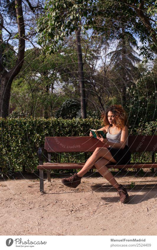 Frau Mensch Natur Sommer schön Baum schwarz Lifestyle Erwachsene Glück Gras Schule Textfreiraum Freizeit & Hobby Park sitzen