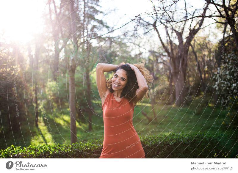 Frau Mensch Natur Sommer schön grün Sonne Baum Freude schwarz Gesicht Lifestyle Erwachsene Glück Gras Freiheit