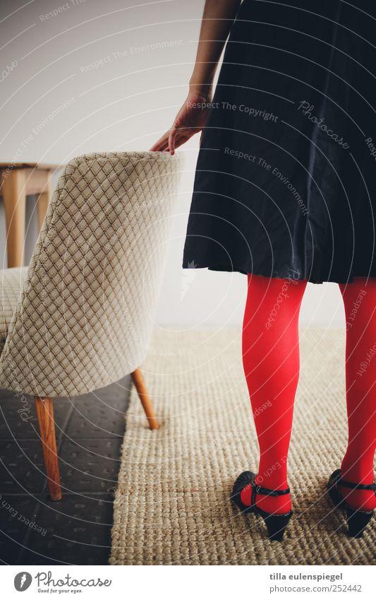 lust auf ne stuhlprobe? Frau Mensch Jugendliche Hand rot feminin Erwachsene Tisch stehen Bodenbelag Häusliches Leben berühren Gelassenheit Rock Leipzig
