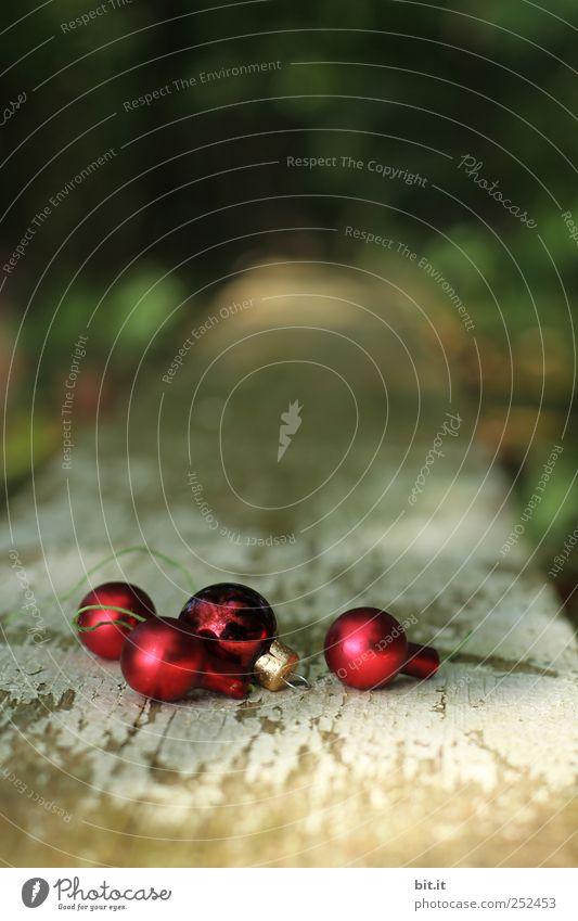 Kugellager Natur Weihnachten & Advent schön rot Freude Umwelt Feste & Feiern glänzend liegen Dekoration & Verzierung Glas rund Kitsch Tradition Holzbrett