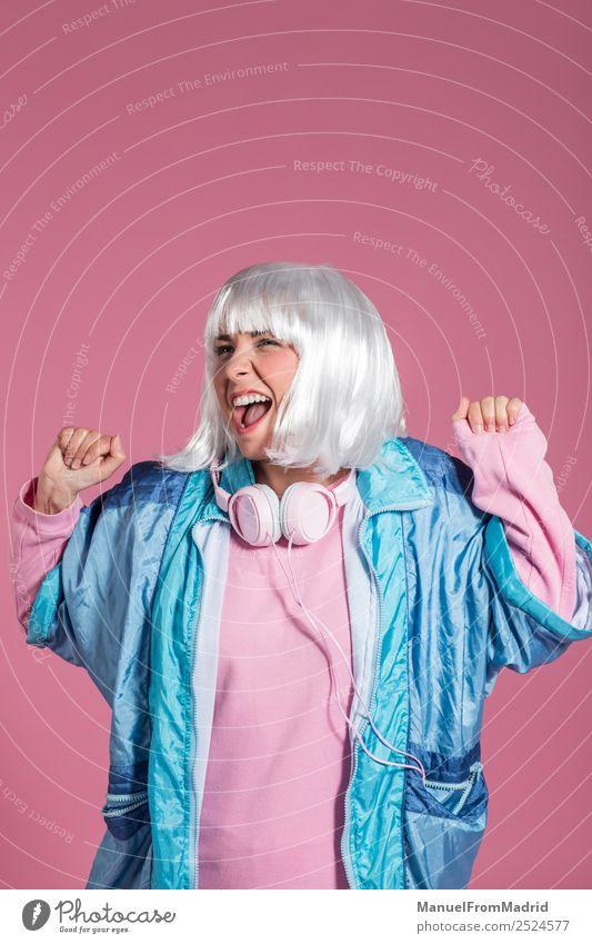 junge Frau mit Retrokleidung, die Musik hört und tanzt. Freude Glück schön Entertainment Club Disco Mensch Erwachsene Kunst Tänzer Mode Perücke hören Lächeln