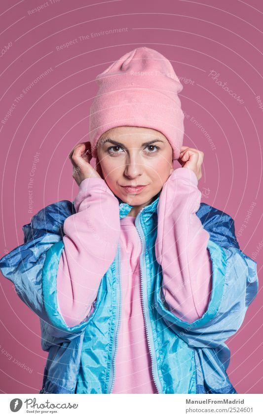 junge Frau mit Gesichtsausdruck auf rosa Hintergrund Freude Glück schön Entertainment Mensch Erwachsene Kunst Tänzer Mode Lächeln trendy lustig modern niedlich