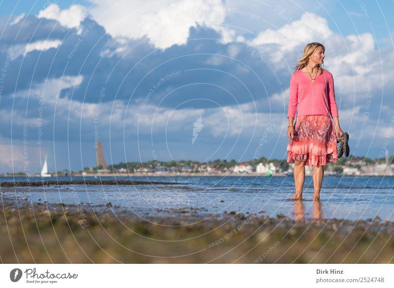 Frau steht in der Kieler Förde mit Blick zur Seite Ferien & Urlaub & Reisen Tourismus Ferne Sommer Sommerurlaub Strand Meer Mensch feminin Erwachsene Leben 1