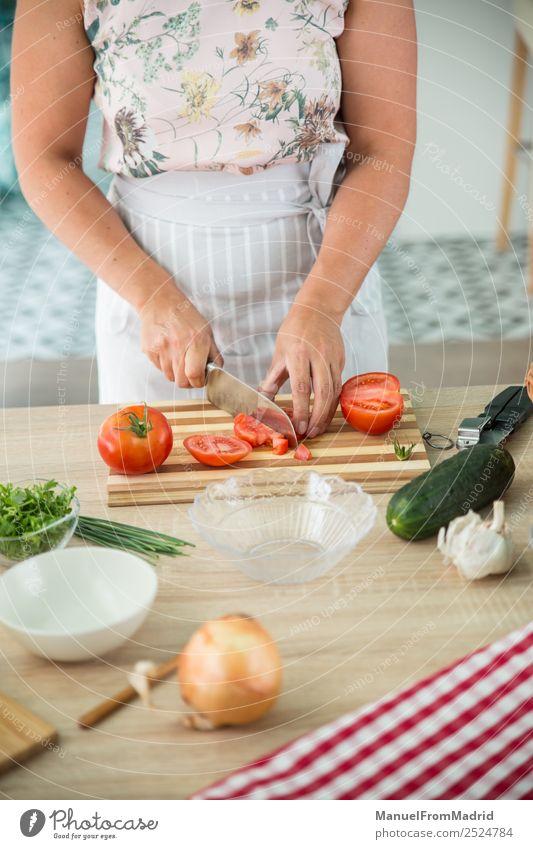 Frau bereitet eine Gazpacho vor Gemüse Suppe Eintopf Kräuter & Gewürze Abendessen Vegetarische Ernährung Diät Schalen & Schüsseln Tisch Küche Erwachsene Hand