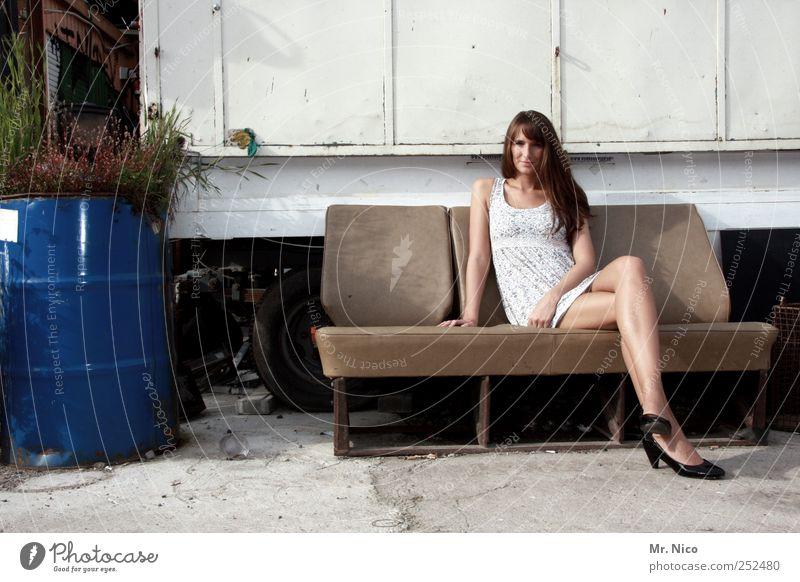 wohnst du noch oder lebst du schon ? Frau schön Sommer ruhig Einsamkeit Erholung feminin Erwachsene Beine Zufriedenheit Haut sitzen warten Coolness