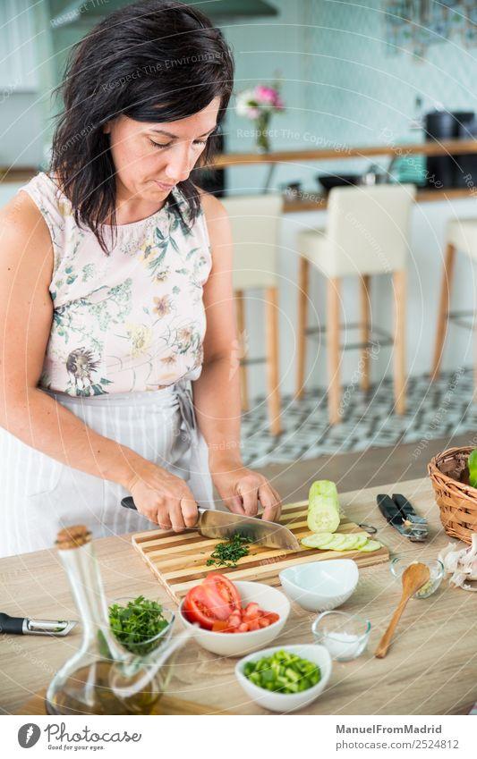 Frau grün Hand Erwachsene frisch Tisch Kräuter & Gewürze Küche Gemüse Tradition Essen zubereiten Schalen & Schüsseln Diät Abendessen Vegetarische Ernährung
