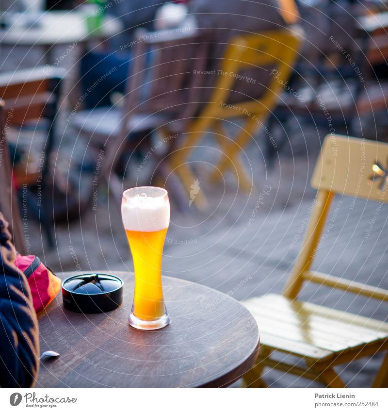 prickelt im Bauchnabel Freude Einsamkeit kalt Freiheit Glück hell Zufriedenheit Feste & Feiern Freizeit & Hobby ästhetisch Tisch Getränk Lifestyle trinken Stuhl
