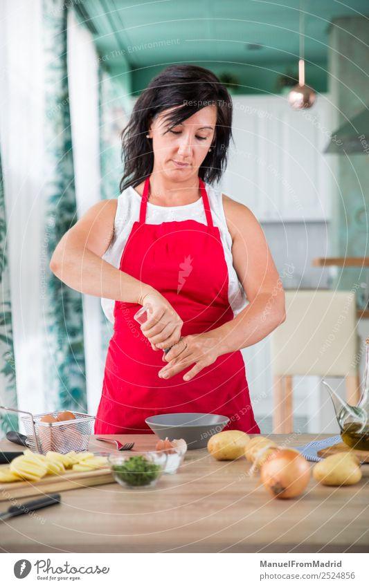 Köchin, die ein Rezept zubereitet. Ernährung Teller Tisch Küche Mensch Frau Erwachsene Hand Holz modern Küchenchef Koch vorbereitend Spanisch Omelett Ei