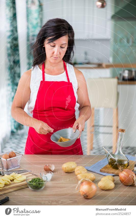 Köchin, die ein Rezept zubereitet. Ernährung Teller Tisch Küche Mensch Frau Erwachsene Hand Holz modern Küchenchef Koch vorbereitend Spanisch Omelett