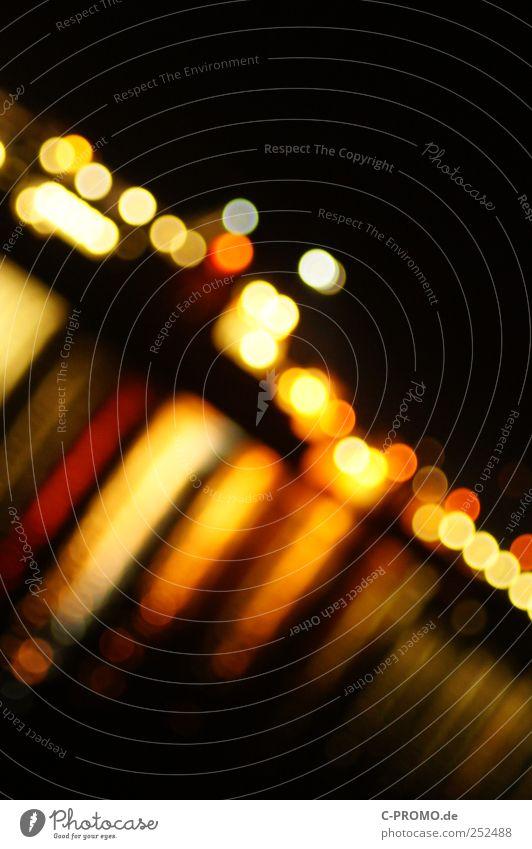 Urban blur night lights VI Hafenstadt Skyline rot schwarz Lichtermeer Lichtpunkt Reflexion & Spiegelung Farbfoto Außenaufnahme abstrakt Textfreiraum oben