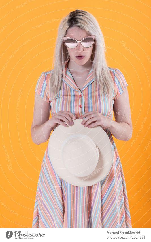 Junge Frau posierend Lifestyle Stil schön Schminke Sommer Erwachsene Lippen Mode Bekleidung Kleid Sonnenbrille Hut blond Coolness trendy retro gelb Farbe Model