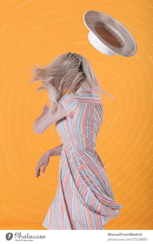 Anonyme Frau, die einen Hut wirft. Lifestyle Stil schön Schminke Sommer Erwachsene Lippen Mode Bekleidung Kleid Sonnenbrille blond Bewegung Coolness trendy