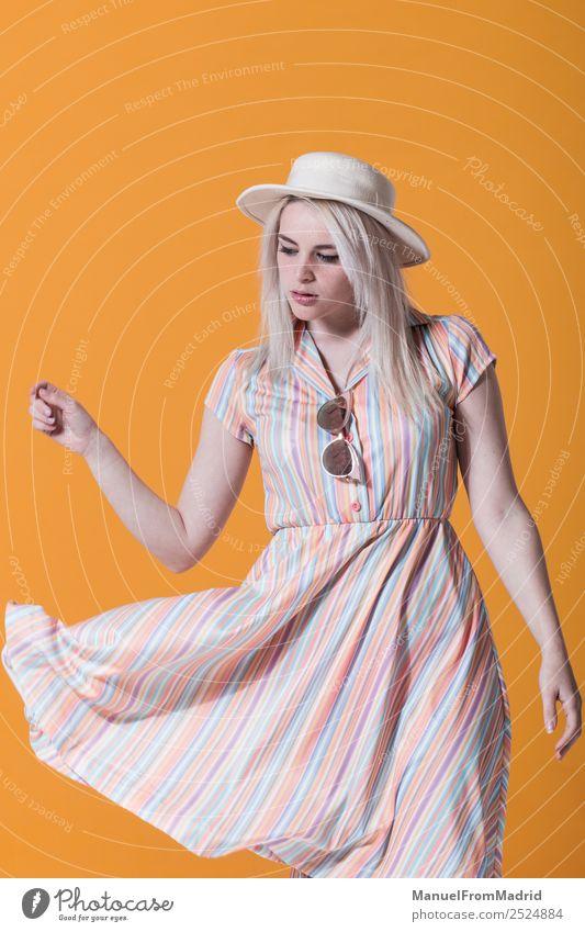 Junge Frau, die vor gelbem Hintergrund posiert. Lifestyle Stil schön Schminke Sommer Erwachsene Lippen Wind Mode Bekleidung Kleid Sonnenbrille Hut blond